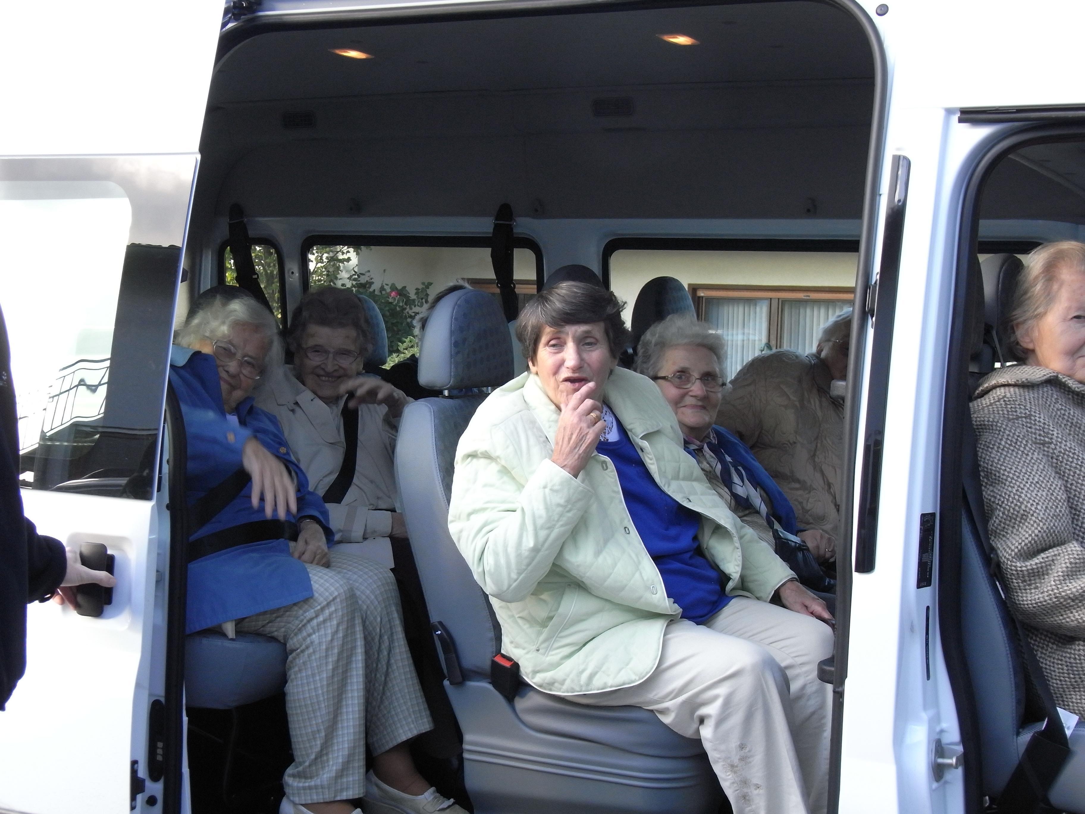 Ein Kleinbus mit Senioren.