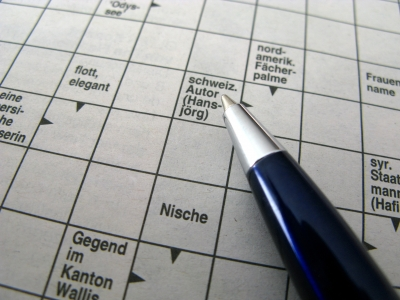 Ein Foto eines Kreuzworträtsels mit Stift.