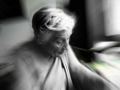 Seniorin, pflegebedürftig
